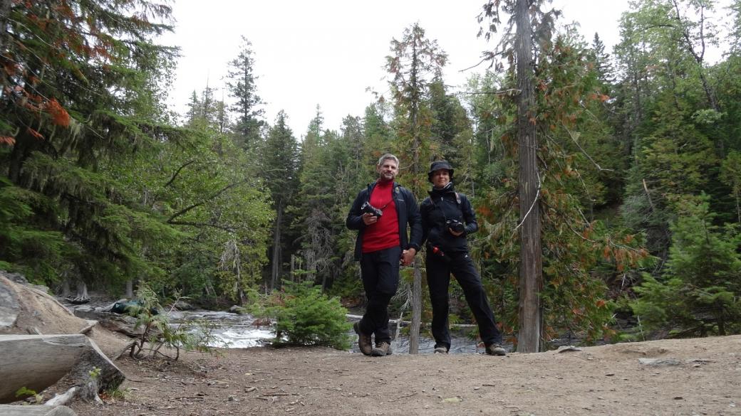 Stefano et Marie-Catherine le long du McDonald Creek. Près de Apgar, à Glacier National Park, Montana.