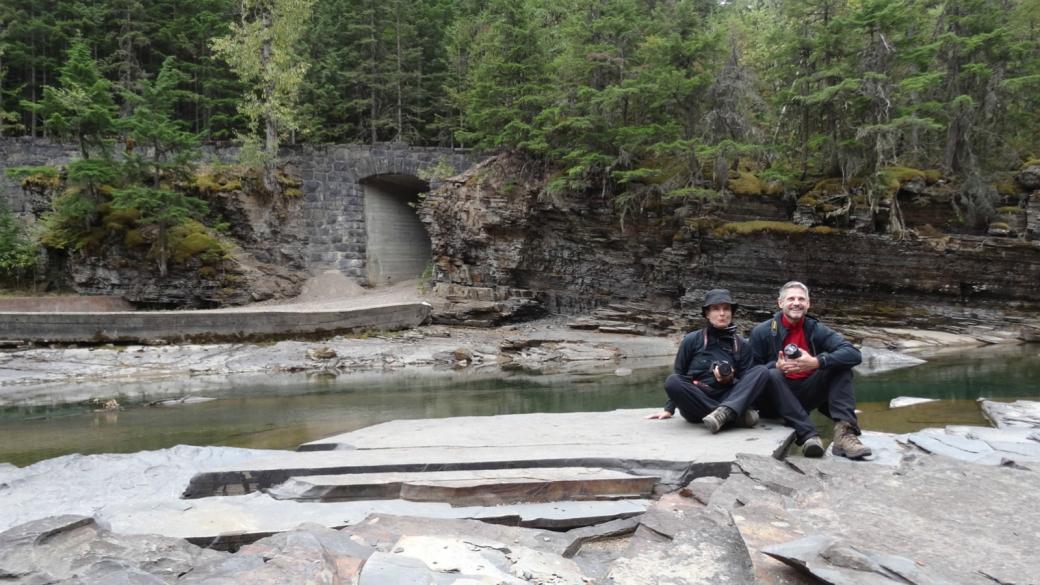 Stefano et Marie-Catherine sur le bord du McDonald Creek, à Glacier National Park, dans le Montana.