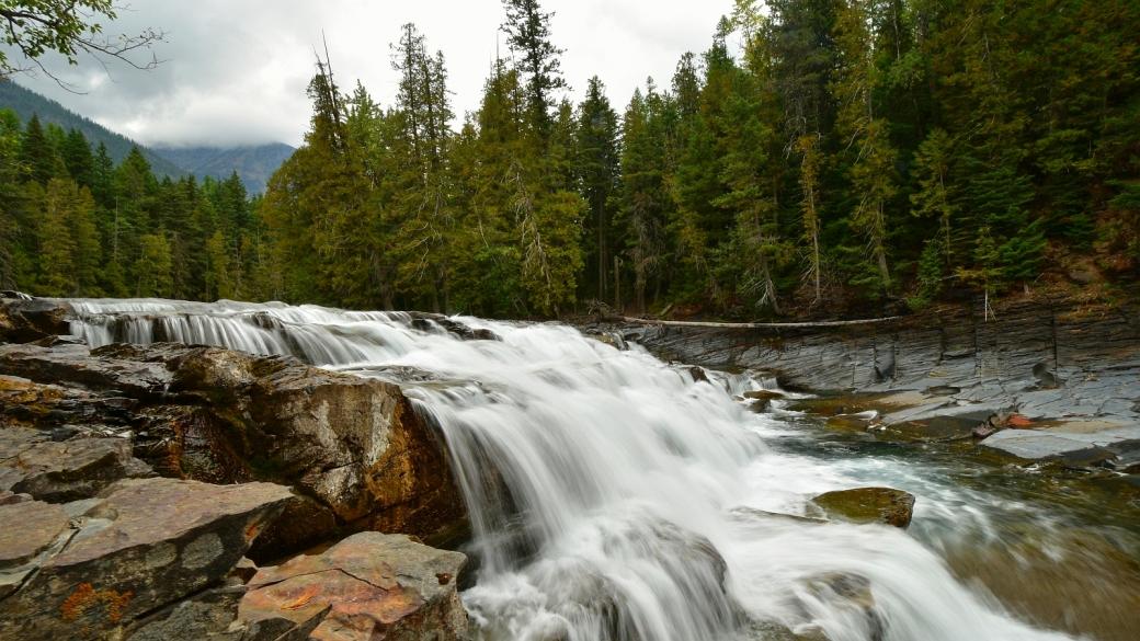Chutes d'eau à McDonald Falls, Glacier National Park, dans le Montana.