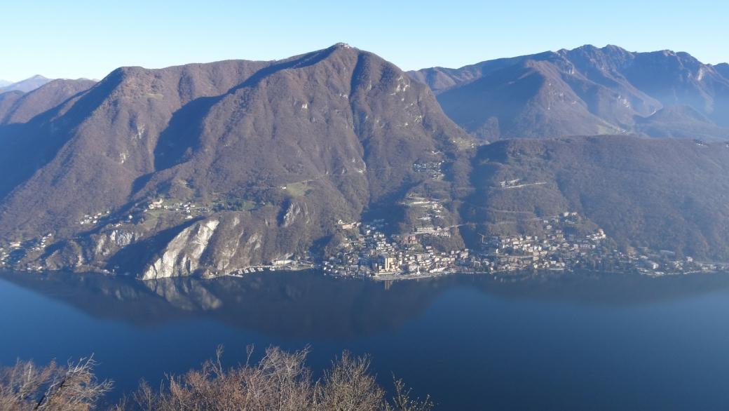 Vue sur Campione d'Italia depuis le sommet du Monte San Salvatore. Près de Lugano, Suisse.