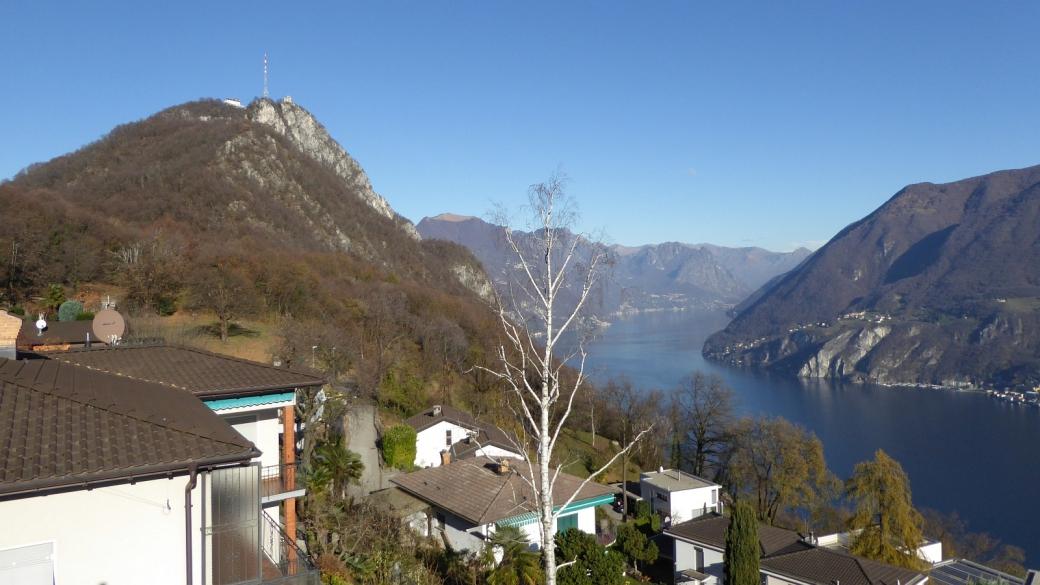 Vue sur le sommet du Monte San Salvatore et son antenne. Près de Lugano, Suisse.