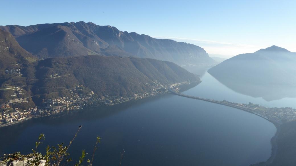 Vue sur le pont-digue de Melide depuis le sommet du Monte San Salvatore. Près de Lugano, Suisse.