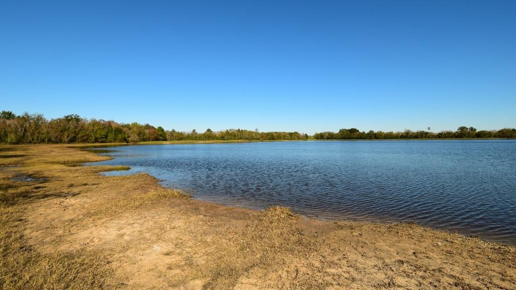 Autre vue sur le petit lac qui se trouve dans le Barker Reservoir, au George Bush Park. À Houston, Texas.