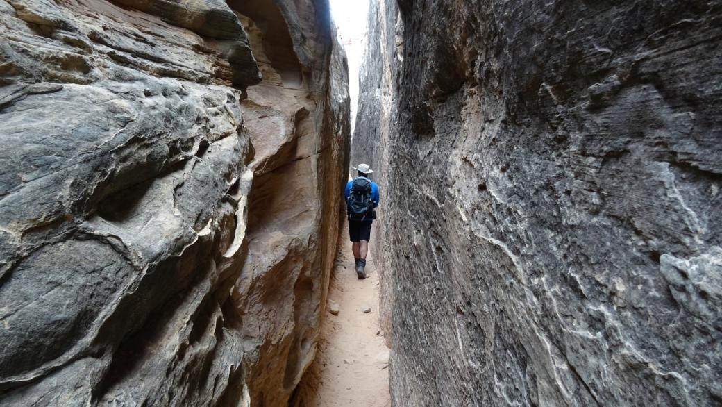 Passage étroit dans le Joint Trail, à Chesler Park, section de Needles. À Canyonlands National Park, dans l'Utah.