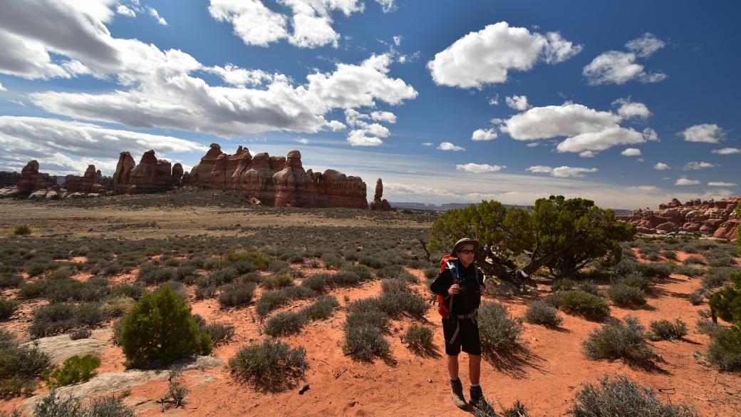 Marie-Catherine en admiration à Chelser Park, dans la section de Needles de Canyonlands National Park, dans l'Utah.