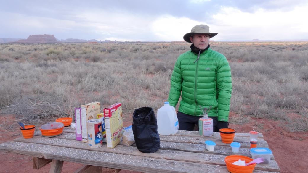 Stefano prépare le petit déjeuner après avoir campé à Needles Outpost, à l'extérieur du parc de Canyonlands National Park, Utah.