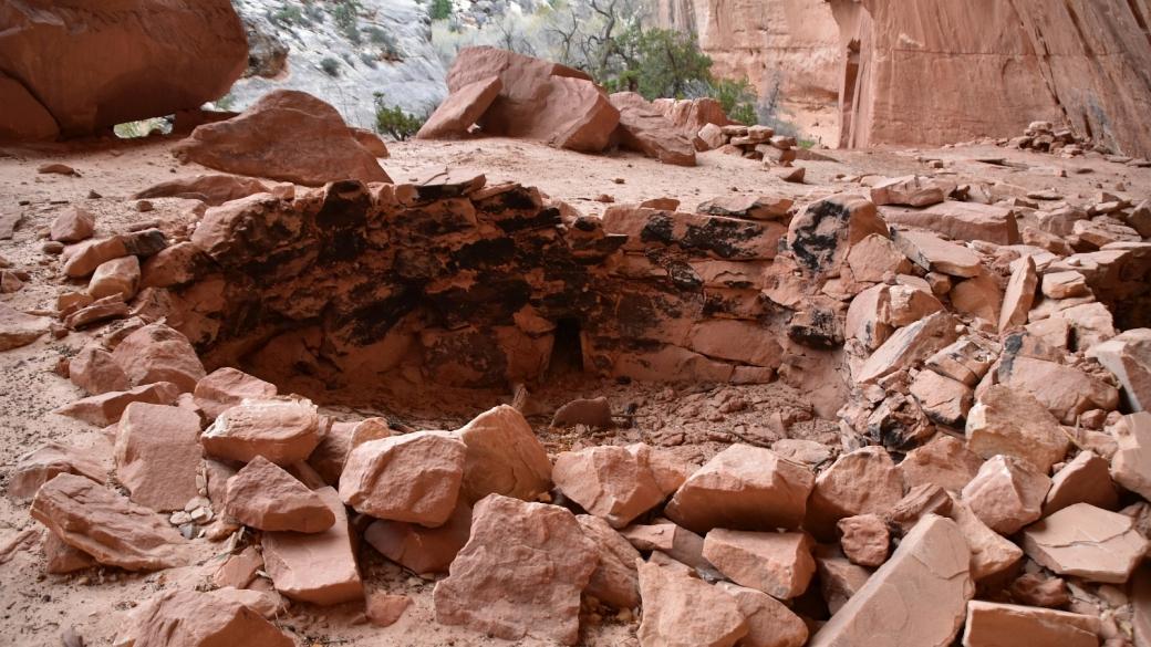 Kiva en mauvais état dans White Canyon, au Natural Bridges National Monument, dans l'Utah.