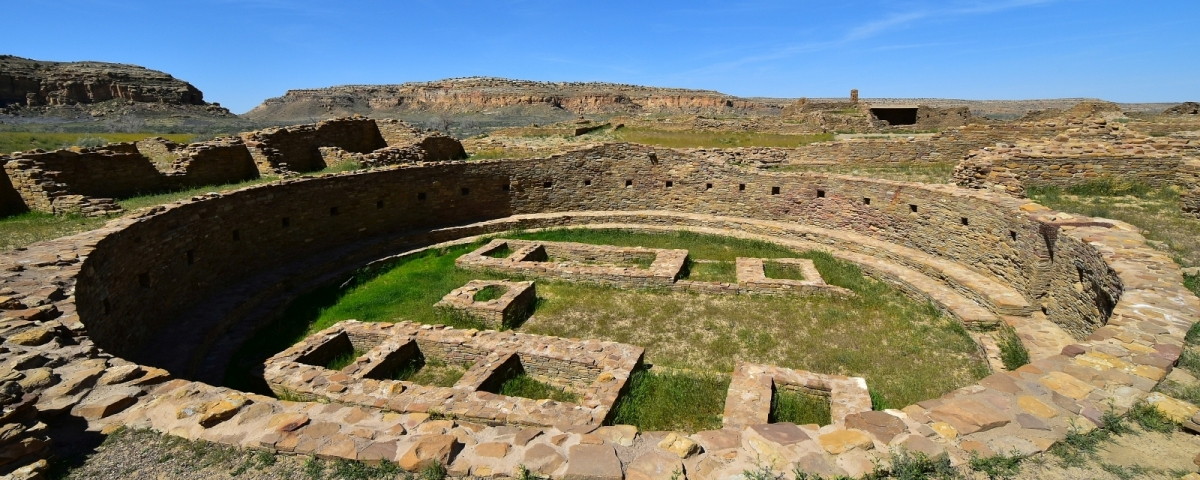 Vue sur l'immense kiva de Pueblo Bonito, à Chaco Culture National Historical Park, au Nouveau-Mexique.