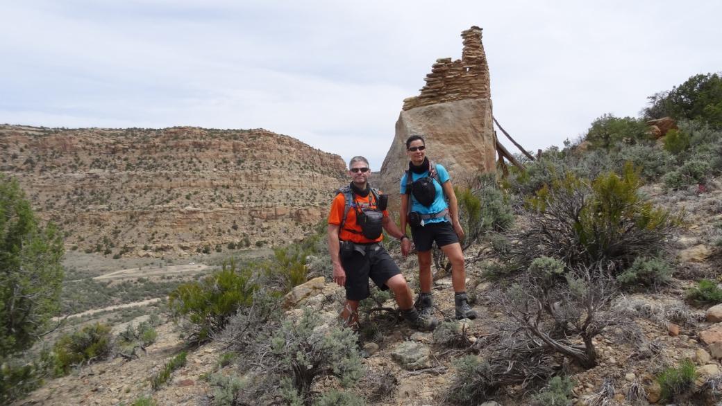 Stefano et Marie-Catherine devant les ruines du Crow Canyon Pueblito, au Nouveau-Mexique.