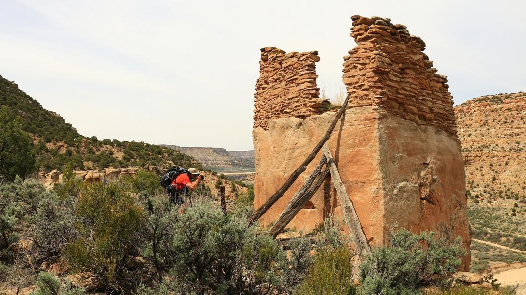 Stefano en train de photographier le rocher de Crow Canyon Pueblito, au Nouveau-Mexique.