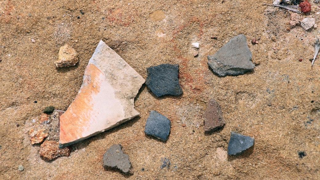 Fragments de poterie au pueblito de Crow Canyon, près de Farmington, Nouveau-Mexique.