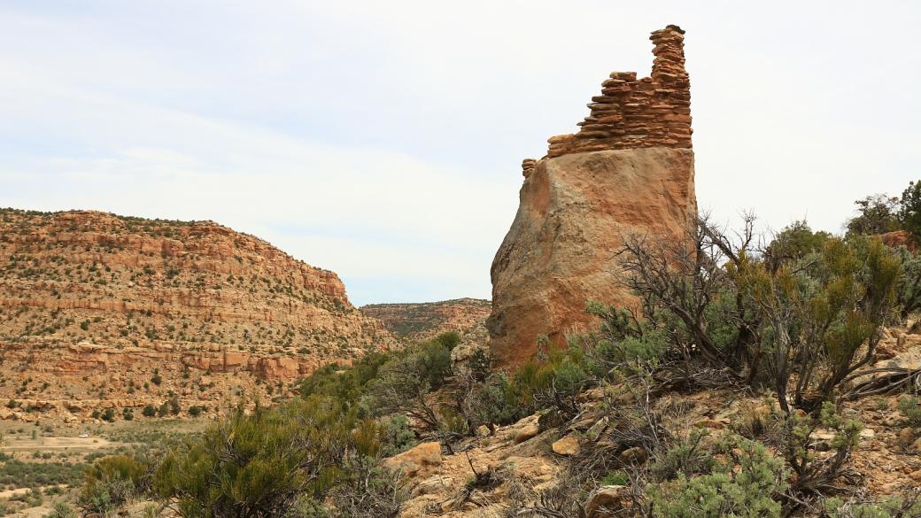 Vue sur le rocher où se trouve une ruine du Crow Canyon Pueblito, au Nouveau-Mexique.