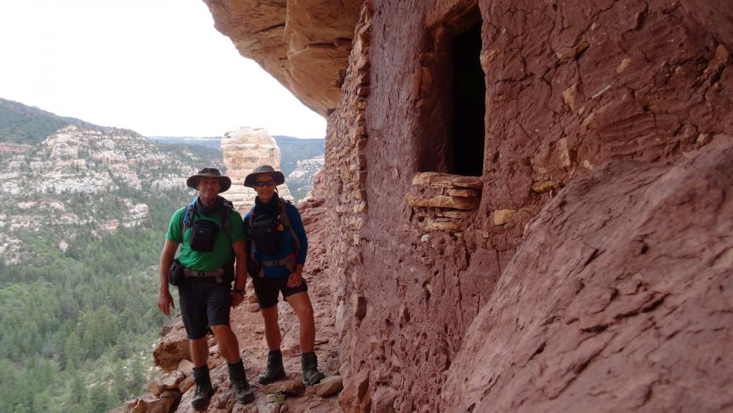 Stefano et Marie-Catherine devant les Three Fingers Ruins, dans Hammond Canyon, près de Blanding, dans l'Utah.