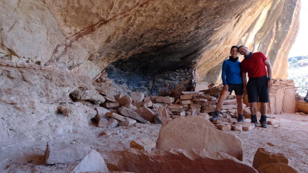 Stefano et Marie-Catherine sur le site du Perfect Kiva, dans le First Fork of Slickhorn Canyon. Cedar Mesa, près de Blanding, Utah.