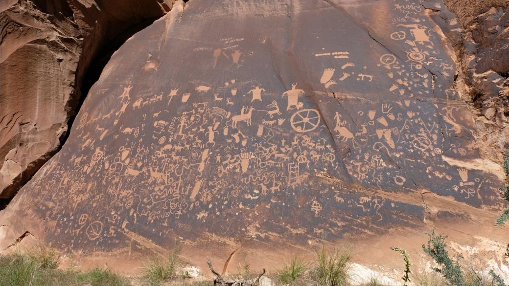 Belle vue d'ensemble sur les pétroglyphes de Newspaper Rock, à Indian Creek, près de Monticello, dans l'Utah.