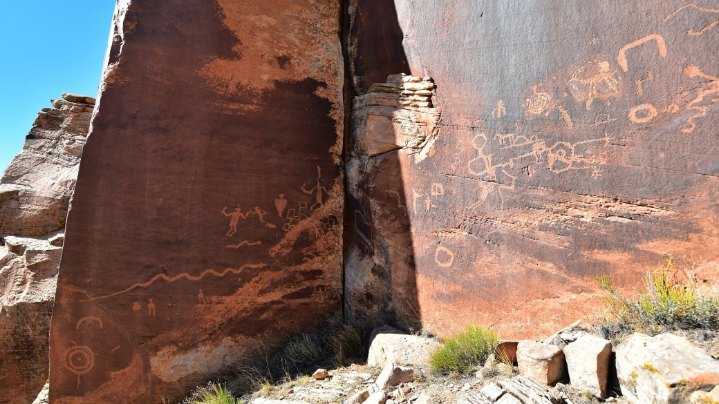Vue sur le panneau où se trouve Fighting Men Panel, à Indian Creek, près de Monticello, dans l'Utah.