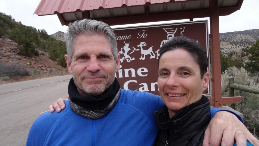Stefano et Marie-Catherine devant le panneau de Nine Mile Canyon.