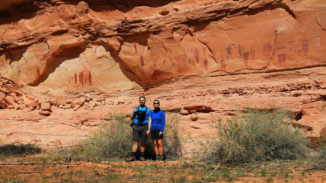Stefano et Marie-Catherine devant le panneau The Great Gallery. À Horseshoe Canyon, près de Green River, dans l'Utah.