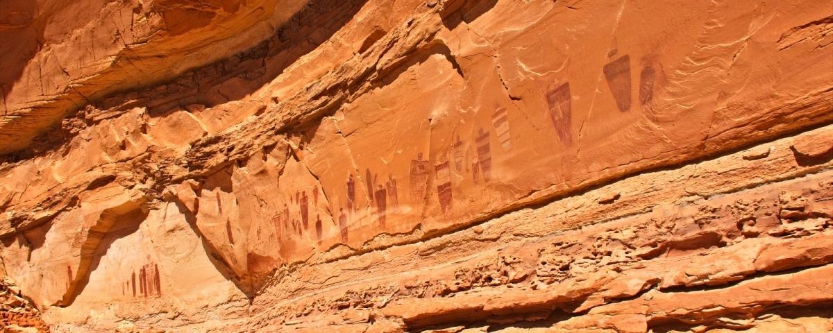 Vue sur le magnifique panneau The Great Gallery. À Horseshoe Canyon, près de Green River, dans l'Utah.