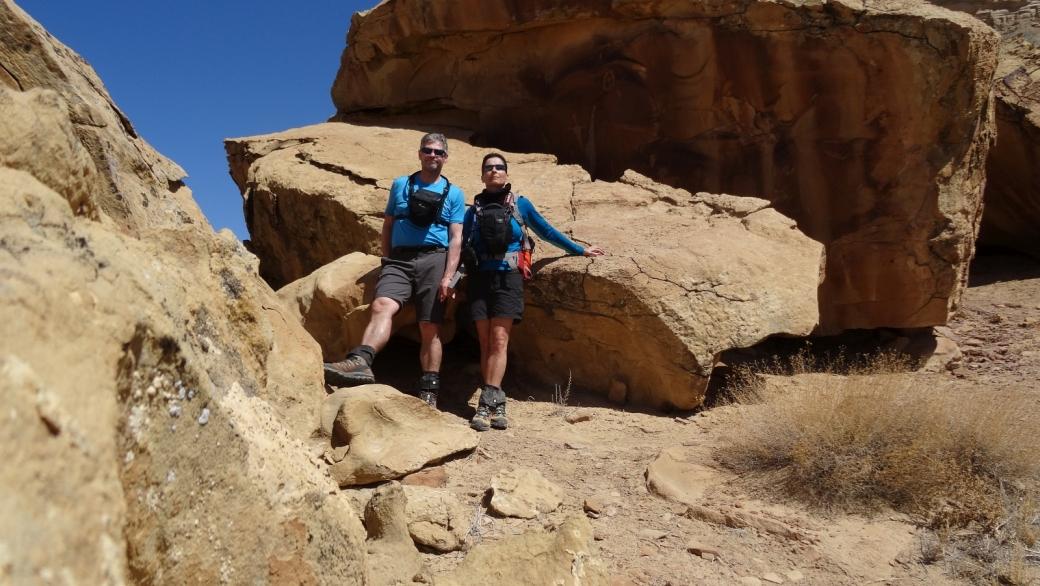Stefano et Marie-Catherine devant les pétroglyphes de Coal Canyon. Près de Green River, dans l'Utah.