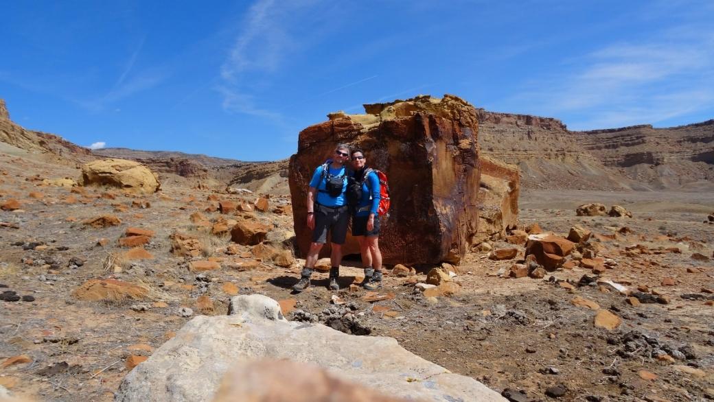Stefano et Marie-Catherine devant le Cube Panel, dans les Book Cliffs, près de Green River, dans l'Utah.