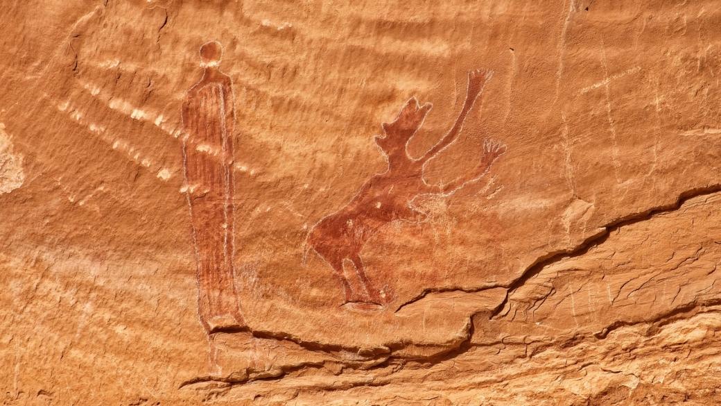 Une figure anthropomorphe et un étrange animal dans le coin qui abrite le Black Dragon Panel. Près de Green River, dans l'Utah.