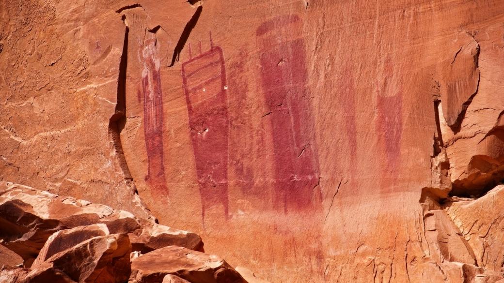 Plusieurs figures anthropomorphes dans l'alcôve qui abrite le Black Dragon Panel. Près de Green River, dans l'Utah.