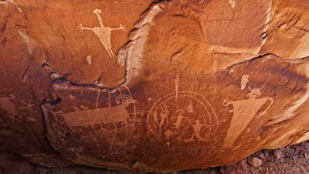 Zoom sur quelques figures et animaux du panneau de pétroglyphes de Coal Canyon, près de Green River, dans l'Utah.