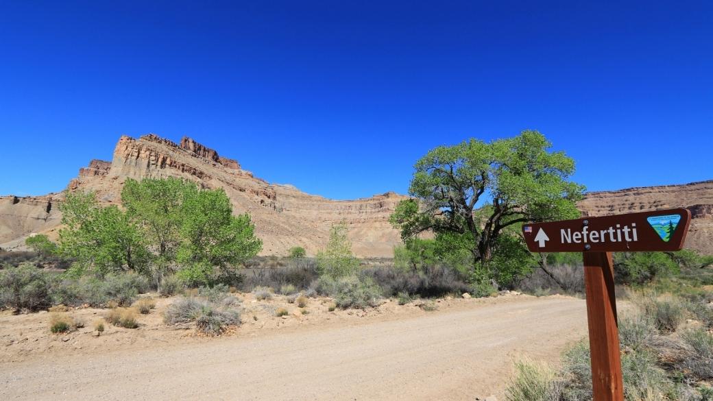 Panneau sur la Hasting Road, indiquant la direction pour Nefertiti. À Green River, dans l'Utah.