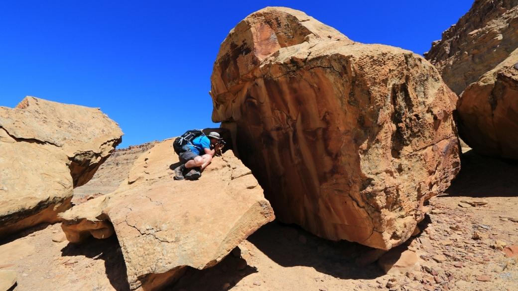 Stefano en pleine action... En train de photographier les pétroglyphes de Coal Canyon, près de Green River, dans l'Utah.