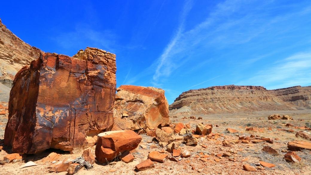 Vue d'ensemble des pétroglyphes de Cube Panel, dans les Book Cliffs, près de Green River, dans l'Utah.