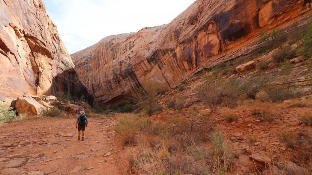 Stefano marchant dans le Black Dragon Wash, après avoir visité le Black Dragon Panel. Près de Green River, dans l'Utah.