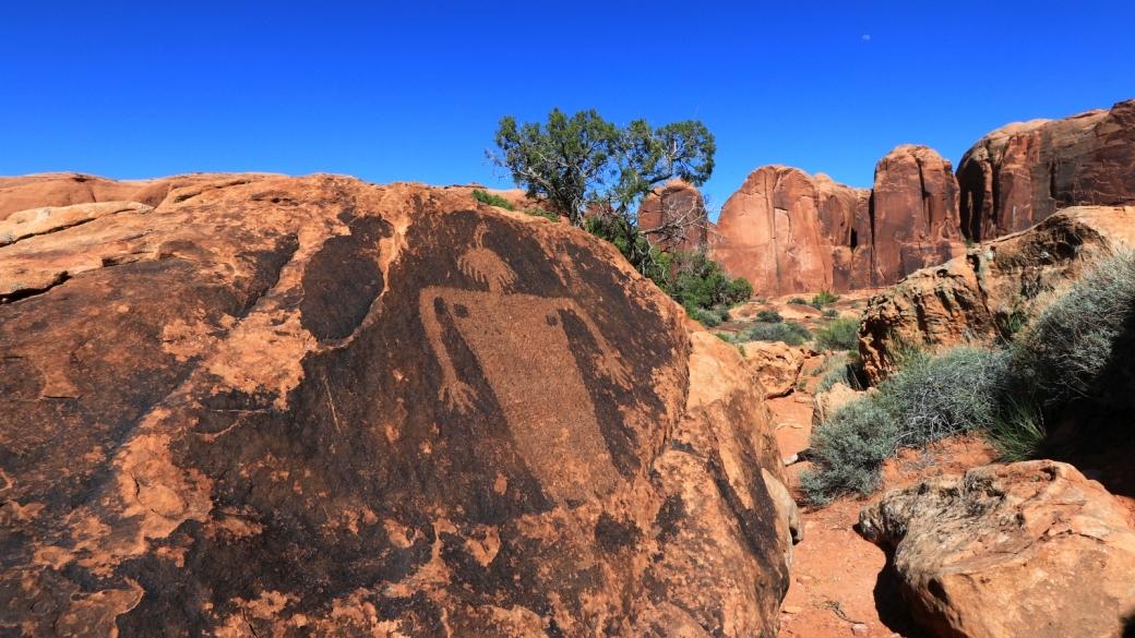 Vue d'ensemble du Moab Maiden Panel, du côté du Kane Spring Creek, à Moab, dans l'Utah.