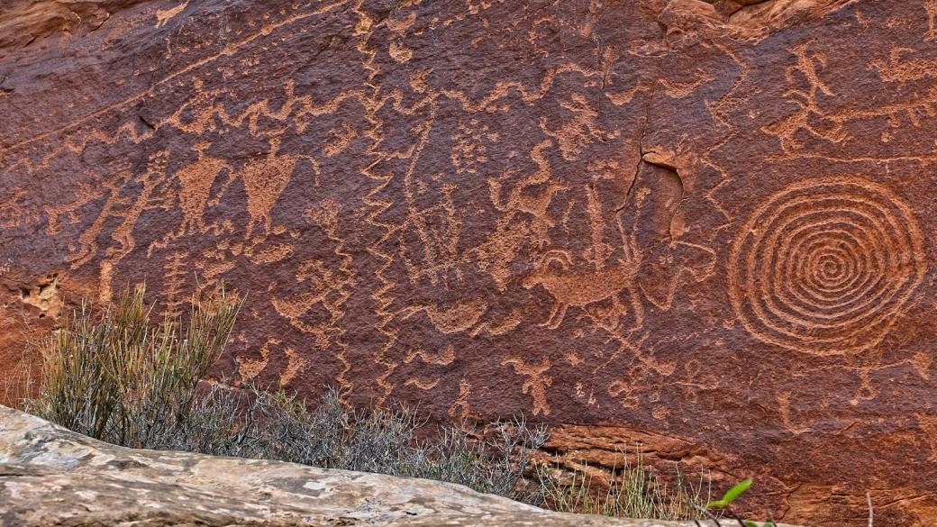 Zoom sur une scene de vie du Atlatl Panel, à Natural Bridges National Monument.