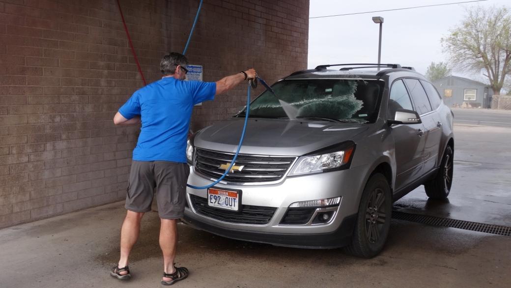 Stefano lavant la voiture. Mauvais signe, cela signifie que c'est la fin des vacances...