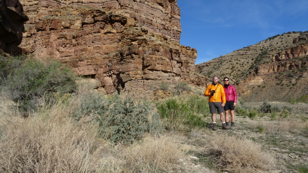 Stefano et Marie-Catherine devant la paroi où se trouve le Santa Panel, un panneau inaccessible trouvé à Nine Mile Canyon, dans l'Utah.