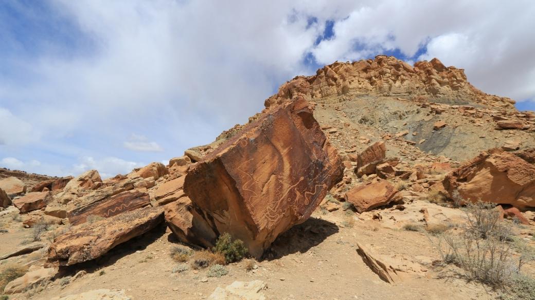 Rocher avec des pétroglyphes aux pieds du Molen Reef, sur la Moore Cutoff Road, dans l'Utah.