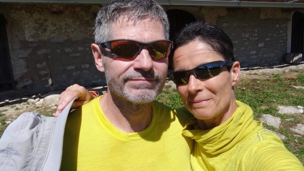 Stefano et Marie-Catherine devant le chalet de Potraux, commune de La Rippe.