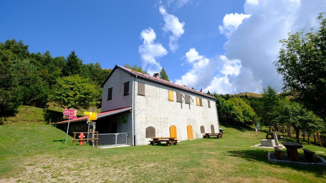 Vue sur le réfuge forestier de Piandanazzo, dans la commune de Capriasca, au Tessin.