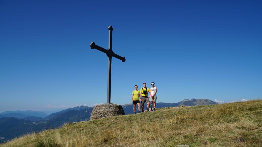Cristina, Marie-Catherine et Stefano devant la croix du Motto della Croce.