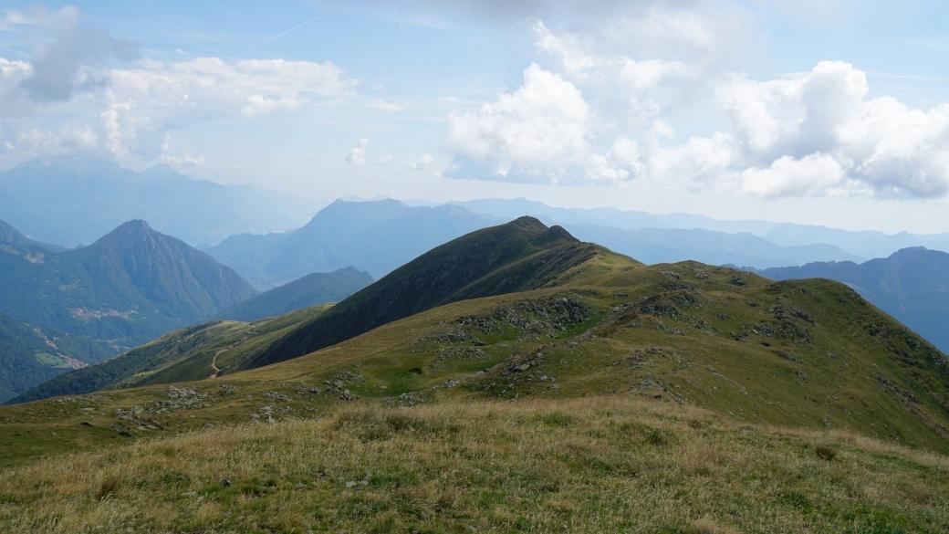 Vue sur le Prato della Bascióta, et au loin, sa croix.