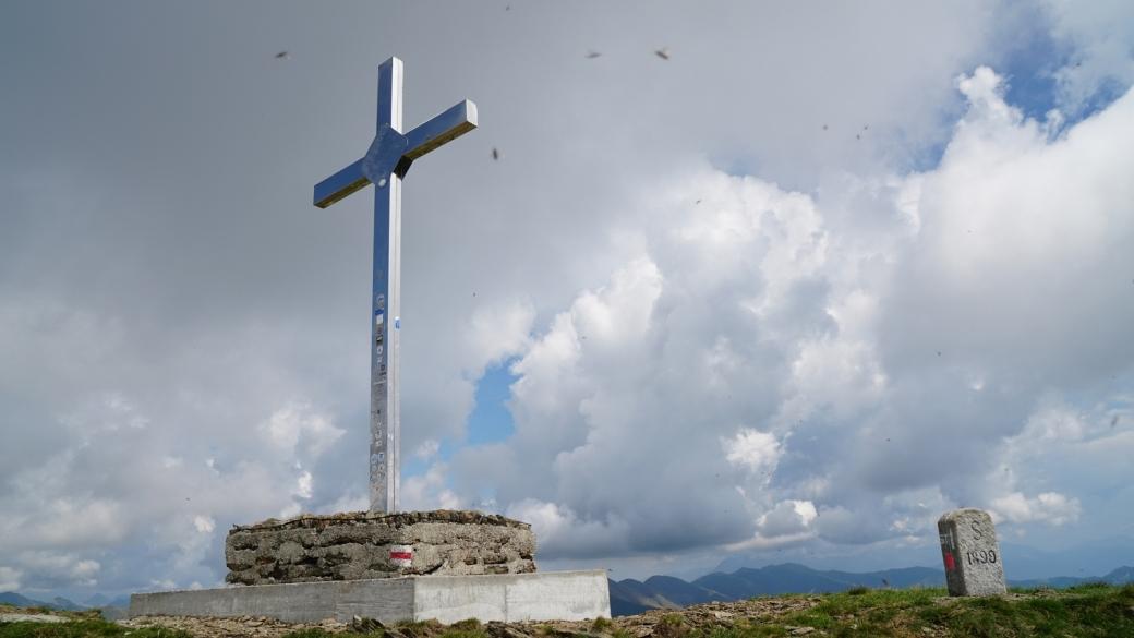 Vue sur la croix du Prato della Bascióta, près du Mont Gazzirola, au Tessin.