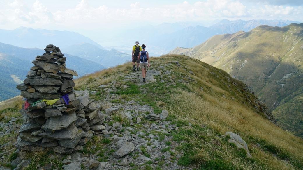 Stefano et Cristina entement la descende depuis le sommet du Gazzirola, au Tessin.