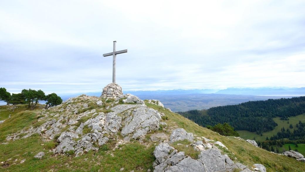 La nouvelle croix en bois des Aiguilles de Baulmes, installée en juin 2014.