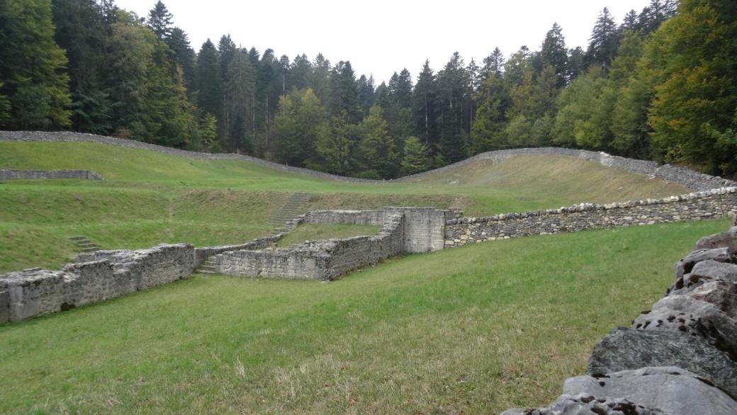 Vue sur les ruines de la Chartreuse d'Oujon, sises sur les hauts de la commune d'Arzier-Le Muids, en Suisse.