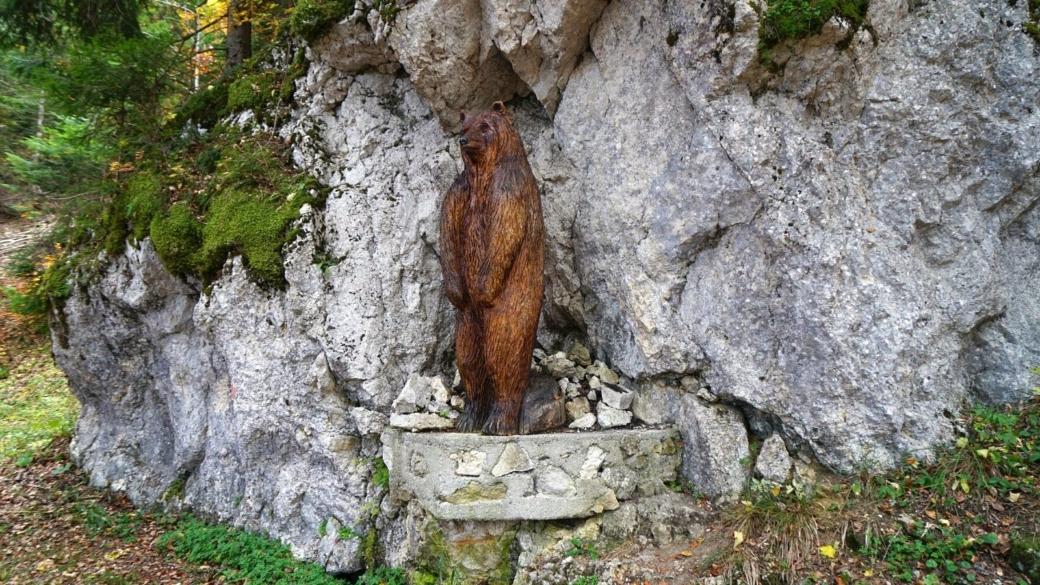 Sur les hauteurs de Saint-George, Vaud, on trovue cette jolie sculpture en bois d'un ours.