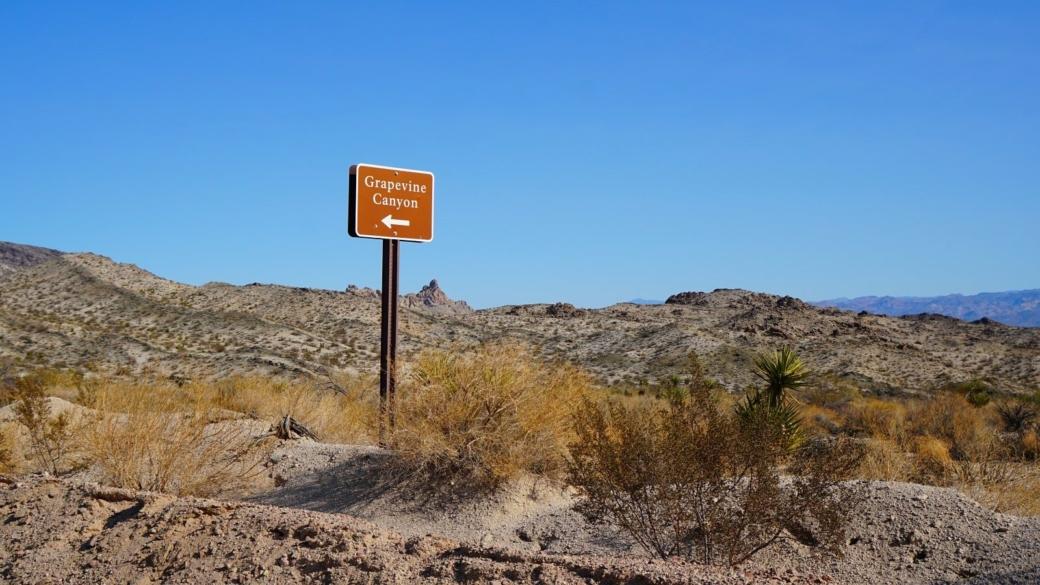 Panneau signalant où tourner pour aller à Grapevine Canyon, dans le Nevada.