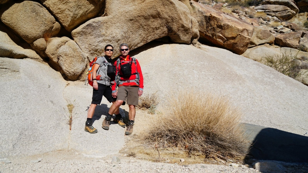 Stefano et Marie-Catherine sur le site de pétroglyphes de Grapevine Canyon, dans le Nevada.