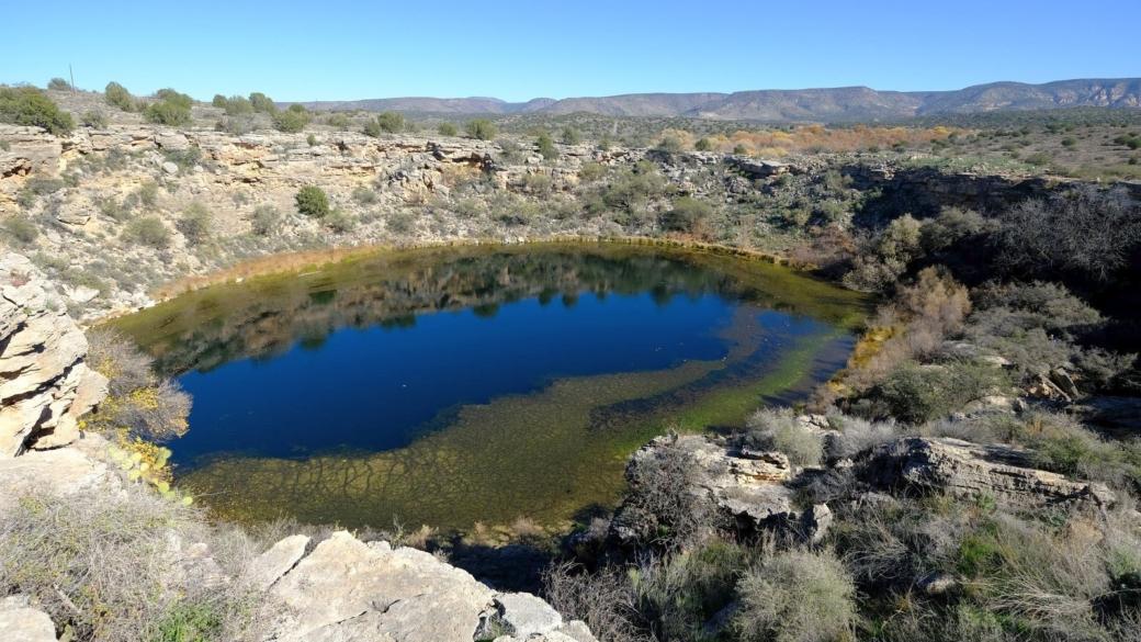 Vue d'ensemble grâce au grand angle, du Montezuma Well, situé près de Sedona, dans l'Arizona.