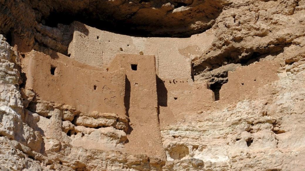 Vue rapprochée sur les constructions à étages du Montezuma Castle National Monument, dans l'Arizona.